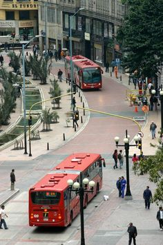 Eje ambiental y Transmilenio en la Avenida Jiménez, Bogota, Colombia  @Evan Sharp T Canal El Tiempo