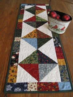 New patchwork quilting patterns fun Ideas Table Runner And Placemats, Table Runner Pattern, Quilted Table Runners, Fall Table Runner, Table Topper Patterns, Patchwork Table Runner, Small Quilt Projects, Quilting Projects, Plus Forte Table Matelassés