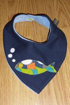 Pañuelo babero para bebés, personalizado y cosido a mano. Reversible. Terciopelo por un lado y pez por otro.
