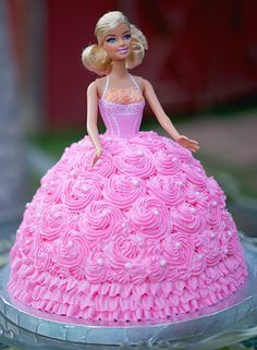 I had a barbie cake as a kid and i wish i had a little girl so i could get her a barbie cake =) . I had a barbie cake as a kid and i wish i had a little girl so Barbie Birthday Cake, Birthday Cake For Mom, Birthday Cake With Flowers, Barbie Party, Princess Birthday, Princess Theme, Barbie Princess, 5th Birthday, Bolo Rapunzel