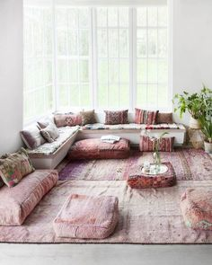 Un salon rose pastel aux influences arabes What is Decoration? Decoration could be the art of decorating the inside and … Bohemian Living, Boho Living Room, Living Room Decor, Modern Bohemian, Boho Chic, Casual Chic, Bohemian Decor, Bohemian Bedrooms, Chic Chic