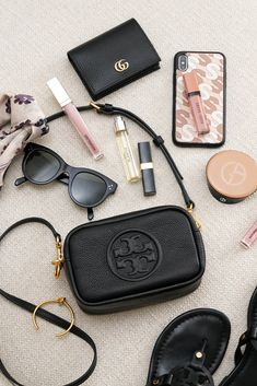 Jul 2019 - What's In My Bag and a look at the new Tory Burch Perry Bombe Mini Bag. Found the perfect mini crossbody to carry just the essentials. Inside My Bag, What's In My Purse, Purse Essentials, Purses And Handbags, Cheap Handbags, Luxury Handbags, Popular Handbags, Popular Bags, Cheap Bags