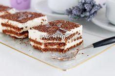 Торт без выпечки из печенья и творога  Вода 60 мл Желатин 1 ст. л. Печенье шоколадное 100 гСахар 100 г Сметана 250 г Творог 250 г Шоколад молочный 20 г