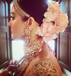 11 Hottest Indian Bridal Hairstyles For Your Wedding Check out floral hair trends here. Best bridal hairstyles for this wedding season. Trending floral hair buns and floral braids to look for. Wedding Looks, Bridal Looks, Bridal Style, Anushka Sharma, Kohli Anushka, Indian Wedding Hairstyles, Bride Hairstyles, Easy Hairstyles, Vogue Wedding