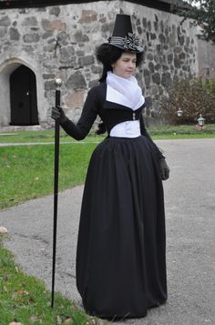 1790's jacket and waistcoat | Before the Automobile | Absolutely fascinating blog written by a woman who makes her own reproduction clothing, including hats, gloves, shoes, stockings and all the unmentionables. Lots of notes and photos showing construction techniques.