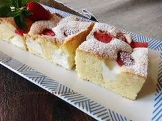 Raspberrybrunette: Bublanina s jahodami a tvarohom Yummy Treats, Delicious Desserts, Sweet Treats, Yummy Food, Sweet Recipes, Cake Recipes, Czech Recipes, Sweets Cake, Desert Recipes