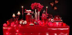 Buffet Rouge. Si vous souhaitez mettre en place un buffet romantique ou simplement si le rouge est votre couleur préférée, alors ce buffet est fait pour vous ! Assiettes rouges, flûtes à champagne rouges, serviettes rouges installés sur notre buffet capitonné éblouiront vos invités !