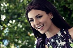Welcome to OoohVictoriaJustice Brazilian fan club dedicated to Victoria Justice! She Is Gorgeous, Face Expressions, Victoria Justice, Fashion Face, Celebrities, Simple, Sweet, Candy, Celebs