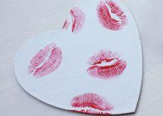 Van deze wit kartonnen onderzetters maak je zelf unieke exemplaren! #knutselen #valentijn #coasters