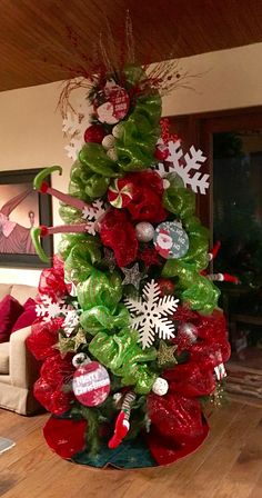 Learn Gorgeous and Creative Christmas Tree Decorating Ideas You'll Love! By using tinsel, Christmas lights, ball ornaments and other holiday ornaments you can create your dream Christmas tree in no time! Grinch Christmas Tree, Creative Christmas Trees, Christmas Tree Design, Christmas Tree Themes, Holiday Tree, Xmas Tree, Christmas Tree Decorations, Christmas Holidays, Christmas Wreaths