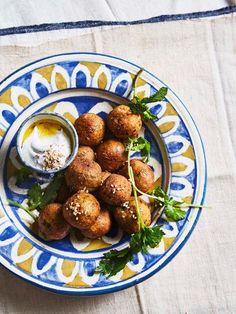 Falafel, Pretzel Bites, Bread, Ethnic Recipes, Food, Cilantro, Kochen, Food Food, Falafels