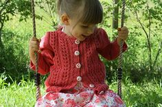 Miss Marple is a cardigan for chic and adventurous damsels, as perfect for tea time as for climbing trees !