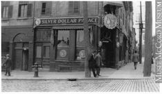 MP-1984.25.1.64   Le Silver Dollar Palace, angle sud-ouest de la place Jacques-Cartier et de la rue Notre-Dame, Montréal, QC, 1914   Photographie   Anonyme - Anonymous