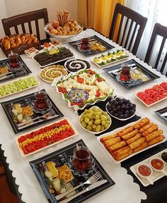 Breakfast Platter, Breakfast Dessert, Romantic Breakfast, Breakfast Presentation, Food Presentation, Brunch Mesa, Party Food Platters, Turkish Breakfast, Reception Food