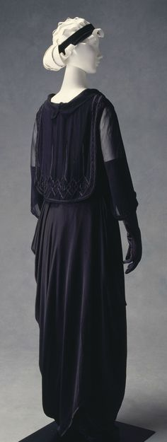 Evening Dress, Lucile (London, England): ca. 1915, silk.  A fashion-forward look, pointing directly to the 20's flapper styles ahead.