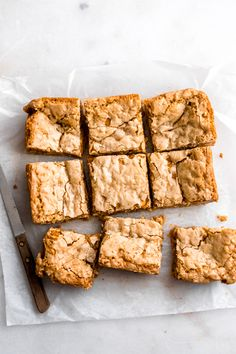Life-Changing Butterscotch Blondies - The BEST Butterscotch Blondies! They're crisp on top perfectly soft and even a little gooey in the center and studded with oats and butterscotch chips. Just pure dessert perfection. Brownie Recipes, Cookie Recipes, Dessert Recipes, Easy Dessert Bars, Easy Desserts, Butterscotch Blondies, Vegan Blondies, Biscuits, Brownie Bar