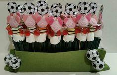 Voetbaltraktatie, gemaakt van een groene bezem en vilt met chocolade voetballen. Voetballen uitknippen, plakken op een satéstokje en versieren naar keuze met de traktatie.