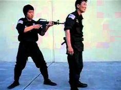 When you've got a rifle to your back, or to your side., como salvar tu vida si te apuntan con un rifle