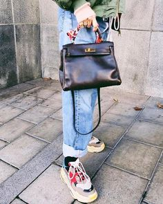 Dad sneakers: coloridos e grosseiros eles são os tênis da vez! - Gigi do Vale Sneakers Outfit Work, Sneakers Street Style, Dad Sneakers, Sneakers Fashion Outfits, Jeans And Sneakers, Ugly Shoes, Dad Shoes, Sensible Shoes, Balenciaga Sneakers