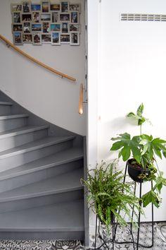 De hal kreeg een makeover met o.a. een botanische deursticker. Ik laat jullie het resultaat zien en geef een aantal tips voor een praktische indeling van de kleine hal. Decor, House Stairs, House, Interior Decorating, New Homes, Home Decor, Stairs Design, Stairways, Living Room Designs