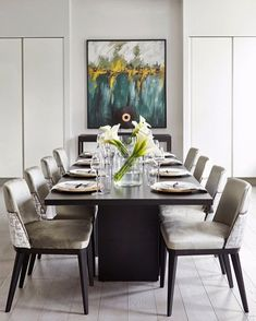 Stripped back but super-elegant this is how to nail a cool contemporary take on spring table styling. #luxdeco #elegant #tablestyling #springinteriors #homedecor #interiordesign #neutralinteriors #alondonbyaccouter #diningroom #diningdecor #tablesetting