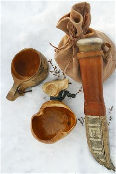 Top bushcraft know-hows that all survival hardcore will most likely desire to master now. This is essentials for bushcraft survival and will spare your life. Iron Age, Bushcraft Gear, Bushcraft Skills, Bushcraft Camping, Kuksa Cup, Lappland, Wild Edibles, Mountain Man, Mans Best Friend