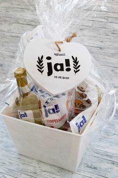 Eine schöne idee, um das Standesamt-Geschenk kreativ selbst zu gestalten, ist so ein Korb mit Ja-Produkten. Bestückt einfach einen schönen Korb mit passenden Ja-Produkten von REWE und verziert das Ganze mit einem Holz-Herz. Ein kleines Geschenk, das schön anzusehen und in den ersten Tagen als Ehepaar gut zu gebrauchen ist. #hochzeitsgeschenk #standesamtgeschenk #ja #geschenkkorb Diy Presents, Diy Gifts, Wedding Gifts, Wedding Day, Little Things, Diy And Crafts, Civil Wedding, Marriage Anniversary, Wedding Day Gifts