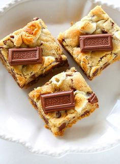 S'mores Cookie Bars - chocolate chip marshmallow cookie dough with a graham cracker crust. the-girl-who-ate-. Chocolate Chip Marshmallow Cookies, Smores Cookies, Bar Cookies, Smores Brownies, Chocolate Chips, Chip Cookies, Cookies Et Biscuits, Cookie Recipes, Dessert Recipes