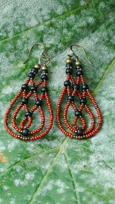 Brincos com missangas - Rust and black woven earrings by artifactsbyclare on… Seed Bead Jewelry, Seed Bead Earrings, Beaded Earrings, Wire Jewelry, Jewelry Crafts, Beaded Jewelry, Jewelery, Handmade Jewelry, Seed Beads