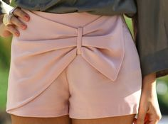 Summer Love everything about this outfit bow shorts :) white shorts, stripes, and sandals Wear a light vest or sweater thing over it. Bow Shorts, Pink Shorts, Summer Shorts, Pastel Shorts, Pleated Shorts, Dress Summer, Mode Style, Style Me, Jupe Short