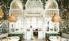 В престижном районе Бейрута парижанка ливанского происхождения открыла ресторан высокой восточной кухни, заняв первый этаж старинного особняка с окнами в мавританском стиле.