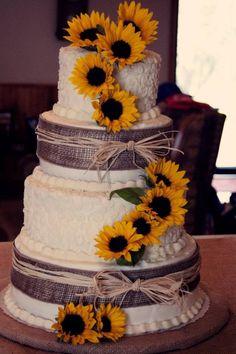 Incorpora los girasoles y arpillera en tu torta de boda para un look country shabby chic. Una cascada de girasoles sobre la torta de bodas.