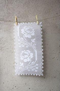 Romantic white filet crochet table doily or runner von aCasaMia
