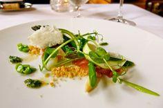 Как выглядит обед в лучшем ресторане мира  Ресторан гордится тем, что в нем подают свежие продукты, которые выращиваются здесь же. На фотографии — спаржа с хамоном.