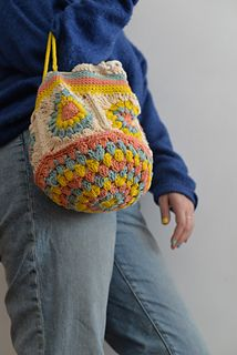 Ravelry: bolsa granny pattern by Sandra Sánchez Crochet Pokemon, Crochet Geek, Crochet Tote, Crochet Handbags, Knit Crochet, Crochet Designs, Crochet Patterns, Bullet Journal Font, Crochet Fashion