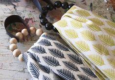 Pyyhelenkkien avulla saat keittiö- tai kylpypyyhkeet nätisti esille. Ripustusrenkaat valmistuvat sukkelasti rautalankaan pujotetuista puuhelmistä. Samalla tekniikalla voit tehdä myös serviettirenkaita. Katso Anun ohje. Hobbies And Crafts, Diy And Crafts, Beaded Crafts, Crafty Craft, Diy Projects To Try, Animal Print Rug, Diy Gifts, Diy Home Decor, Easy Diy