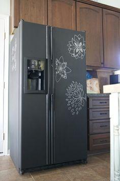 Schoolbordverf op de koelkast. Mooi in een andere kleur passend bij de keuken.