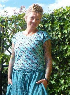 € 10.- (Sonderpreis) T-Shirt aus Jersey mit vorgezogenen Schulternähten. türkis mit Zebras. Das Shirt ist Tailliert und Körpernah geschnitten. Der Saum ist eingefasst und abgerundet. Mit Rundhalsausschnitt der ebenfalls eingefasst ist. B-Ware  Größe L Schnitt: Schnittgeflüster Punk, Unisex, Pullover, Zebras, Dresses, Fashion, Alternative, Tops, Hemline