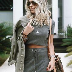 Mais um look no #mood militar pq eu só um pouquinho apegada né, né mores?? Super trend!  Adoro o mix de saia + cropped + jaqueta oversize ⭐️ O conjunto é da @amopetitrose marca do  a jaqueta é @isabelamattestore. O óculos que todo mundo me pergunta sempre é #hickmanneyewear da @oticascaroljordao e bag @louisvuitton ✔️ Gostaram? | ph: @nayaracezarino