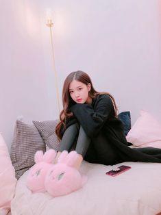blackpink in your area Yg Entertainment, Kpop Girl Groups, Kpop Girls, Foto Rose, Black Pink ジス, Blackpink Members, Rose Park, Jennie Lisa, Blackpink Photos
