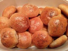 Αφράτα ψωμάκια με γέμιση τυριών ή ότι άλλο μας αρέσει !!!!Ιδανικά για το παιδικό πάρτι Pretzel Bites, Hamburger, Food And Drink, Potatoes, Bread, Snacks, Vegetables, Cooking, Desserts