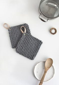 How to knit a pot holder with a leather handle. Topflappen DIY Knit Potholders - Homey Oh My Knitting Projects, Crochet Projects, Sewing Projects, Diy Projects, Photo Projects, Diy Holiday Gifts, Christmas Diy, Knitting Patterns, Crochet Patterns