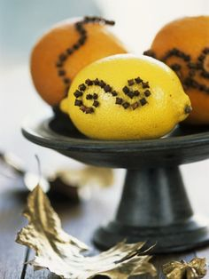 photo inspiration: lemon and clove oils to repel flies. Decorative idea for picnics or camping