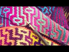 Havana Crocheted Afghan pattern by Tinna Thorudottir Thorvaldar. This unique afghan only uses ONE color per row, yet creates stunning color-work throughout! Afghan Patterns, Crochet Stitches Patterns, Mosaic Patterns, Knitting Patterns, Manta Crochet, Knit Crochet, Tapestry Crochet, Crochet Videos, Double Crochet