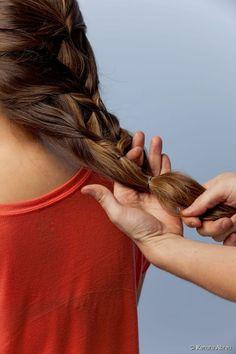 """19 - Com um elástico fino prenda as pontas dos cabelos. Com os dedos, faça uma abertura entre os fios que ficaram ao lado do segundo """"gominho';"""