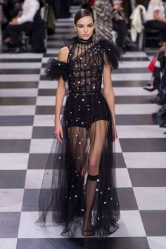 See all the Christian Dior Haute Couture Spring/Summer 2018 photos on Vogue. Christian Dior Couture, Dior Haute Couture, Couture Mode, Style Couture, Couture Fashion, Runway Fashion, Fashion Spring, Womens Fashion, Fashion Trends
