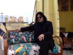 Renato Zero Steval sul divano musicale Castéstyle