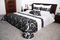 Biało czarna pikowana narzuta na łóżko ze srebnym ornamentem