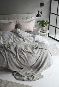 hängelampe schwarz in grauem schlafzimmer