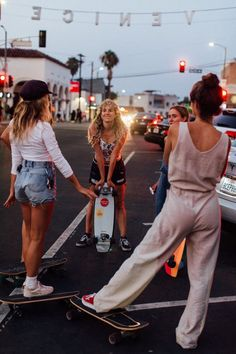 8 girls from the Venice-based skate group talk femininity, bruises, intersectionality, and the female skater revolution. Cute Friend Pictures, Friend Photos, Surfergirl Style, Skate Girl, Skate Style Girl, Skater Girl Style, Skateboard Girl, Skateboard Clothing, Skateboard Tumblr